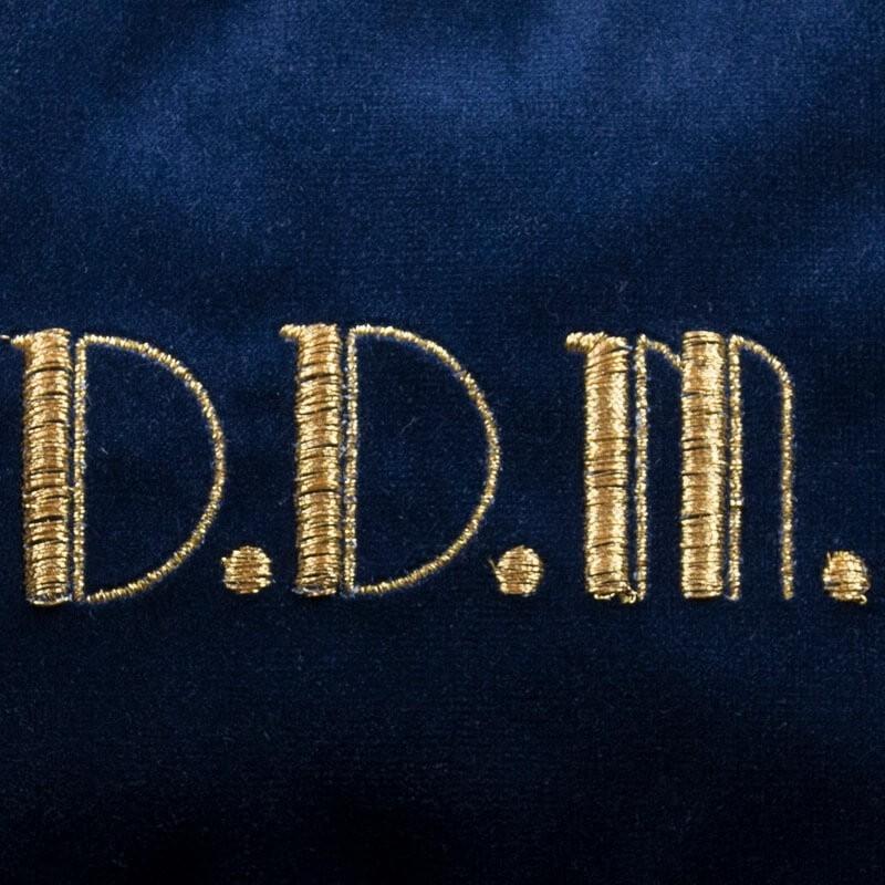 Borsetta in velluto blu con iniziali ricamate oro