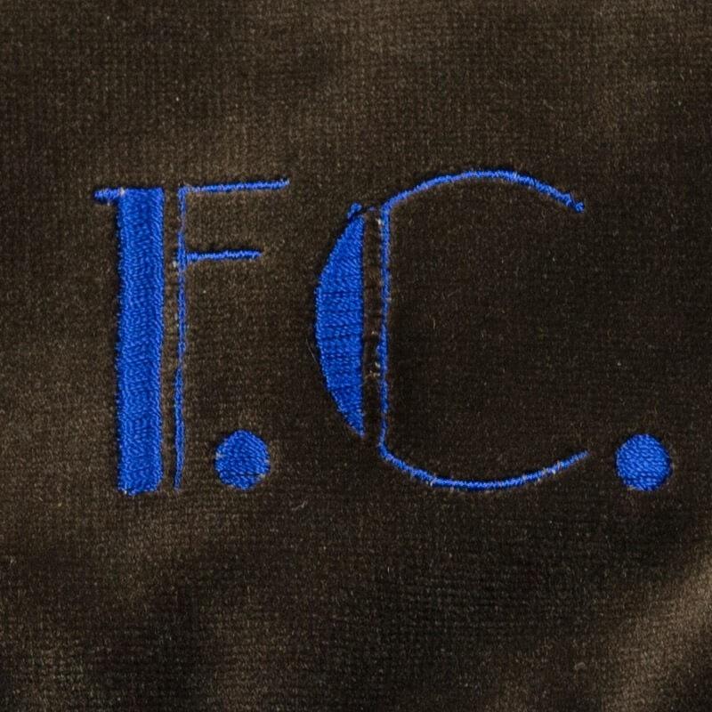 Pochette in velluto marrone con iniziali ricamate blu